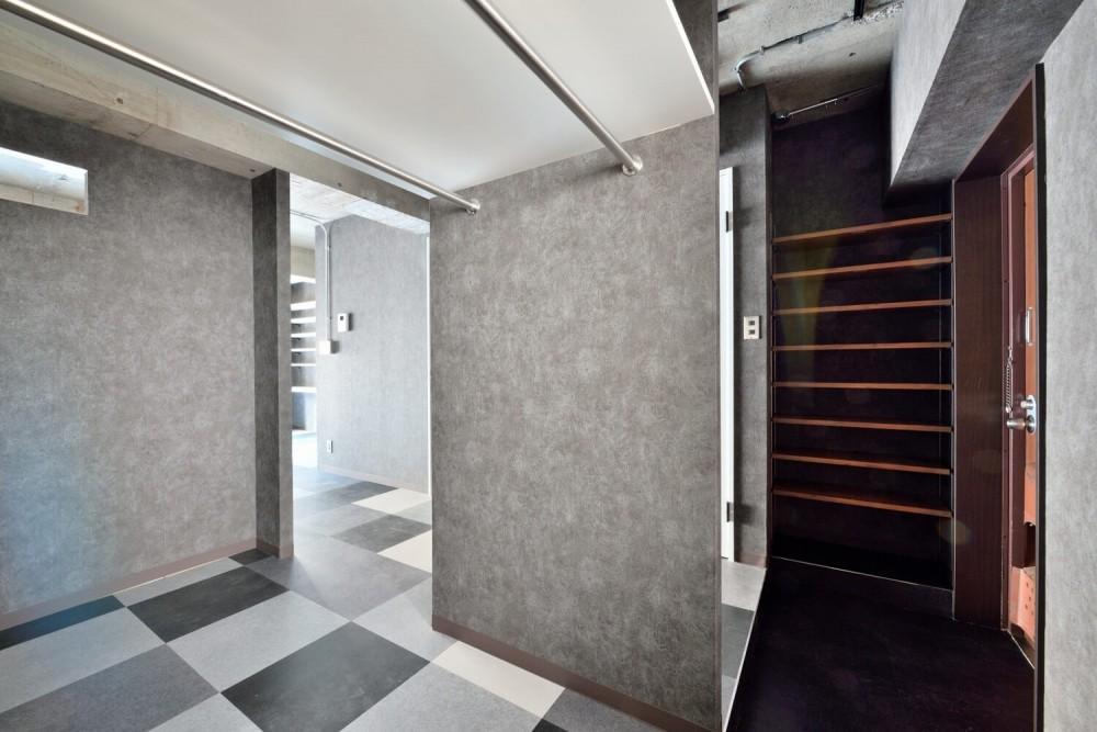 モノトーンで空間を彩り、4色のフロアタイルが印象的な海外スタイルリノベーション (玄関)