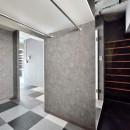 モノトーンで空間を彩り、4色のフロアタイルが印象的な海外スタイルリノベーションの写真 玄関