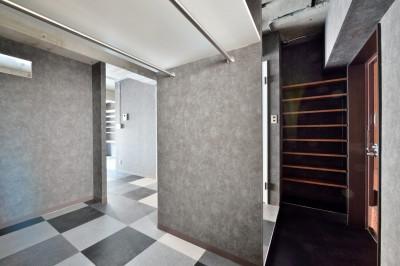 玄関 (モノトーンで空間を彩り、4色のフロアタイルが印象的な海外スタイルリノベーション)