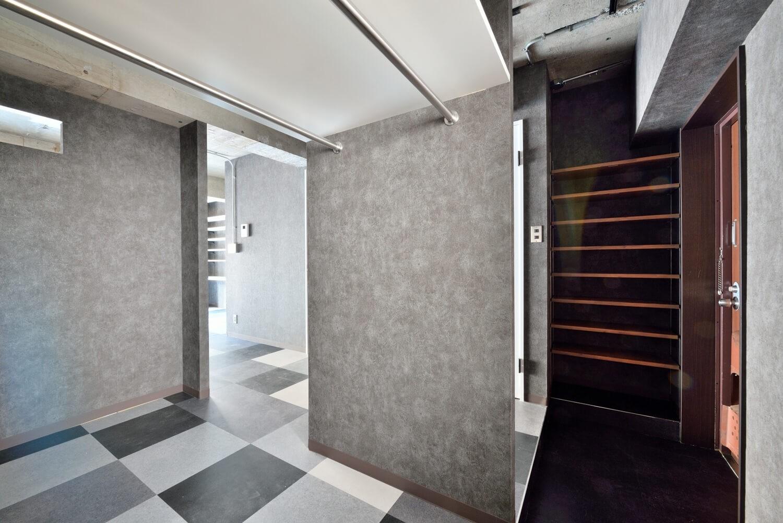 玄関事例:玄関(モノトーンで空間を彩り、4色のフロアタイルが印象的な海外スタイルリノベーション)