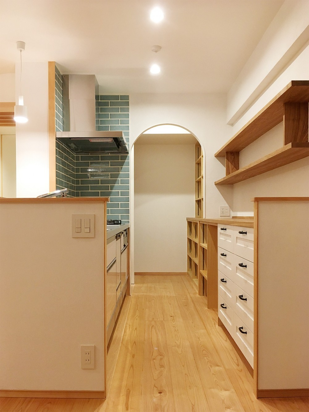 タイルとアーチがアクセントになったキッチン (裁縫スペースのある家 浦和マンションリノベーション)