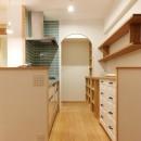 裁縫スペースのある家 浦和マンションリノベーションの写真 タイルとアーチがアクセントになったキッチン
