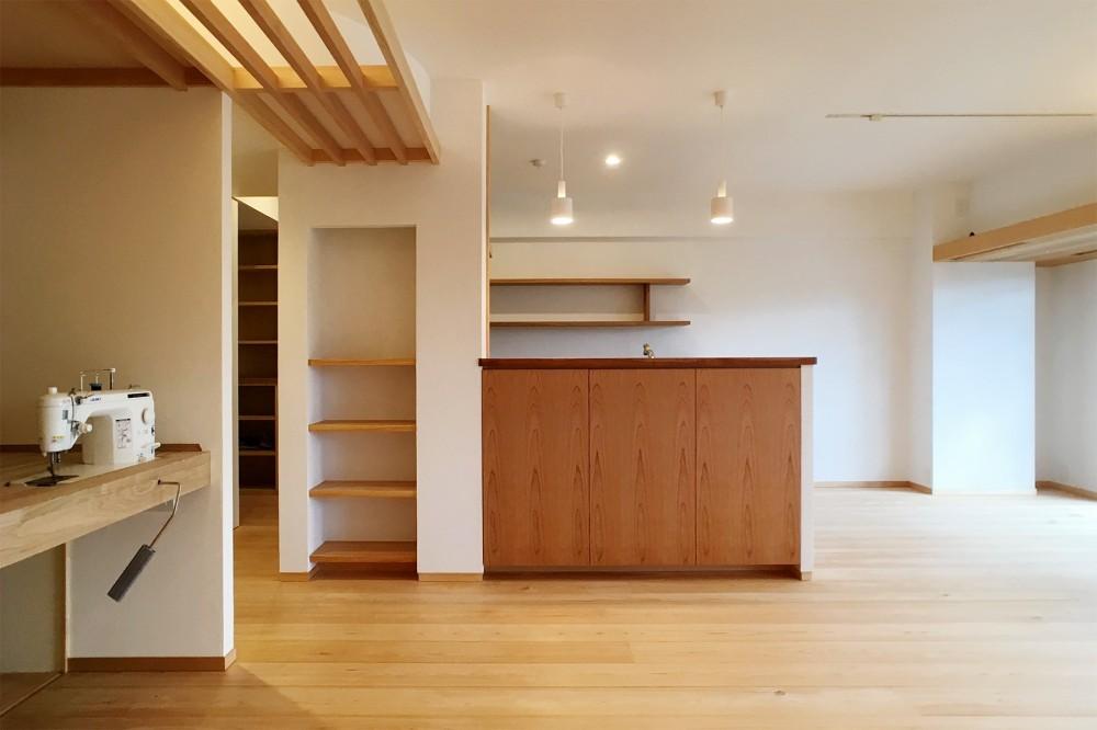 裁縫スペースのある家 浦和マンションリノベーション (木と珪藻土のバランスが心地よいLDK)