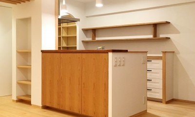 アールやアーチがやさしい印象を与えるキッチン。|裁縫スペースのある家 浦和マンションリノベーション
