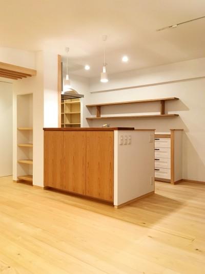 アールやアーチがやさしい印象を与えるキッチン。 (裁縫スペースのある家 浦和マンションリノベーション)