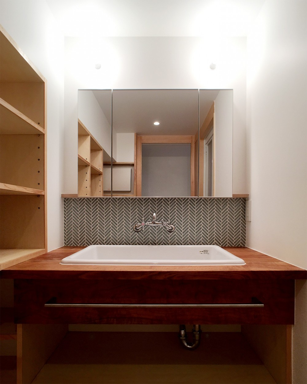裁縫スペースのある家 浦和マンションリノベーション (ヘリンボーン貼のモザイクタイルがきれいな洗面室)