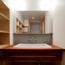 裁縫スペースのある家 浦和マンションリノベーションの写真 ヘリンボーン貼のモザイクタイルがきれいな洗面室