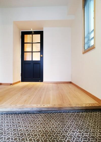 お気に入りのモザイクタイルが出迎えてくれる玄関 (裁縫スペースのある家 浦和マンションリノベーション)