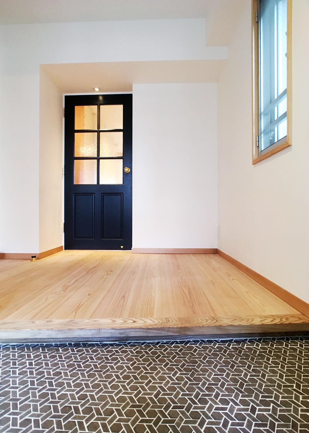玄関事例:お気に入りのモザイクタイルが出迎えてくれる玄関(裁縫スペースのある家 浦和マンションリノベーション)