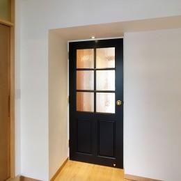 裁縫スペースのある家 浦和マンションリノベーション (こだわりの洋風扉)