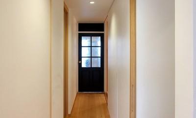 裁縫スペースのある家 浦和マンションリノベーション (収納を感じさせないスッキリとした廊下)
