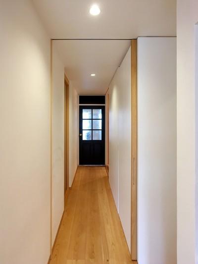 収納を感じさせないスッキリとした廊下 (裁縫スペースのある家 浦和マンションリノベーション)