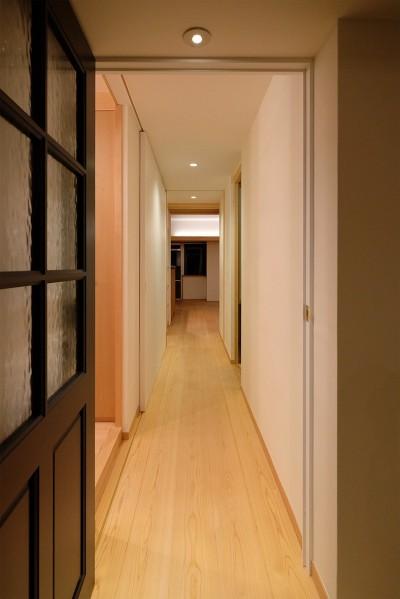 幅1.2mの本棚と0.73mの収納が隠れている廊下 (裁縫スペースのある家 浦和マンションリノベーション)