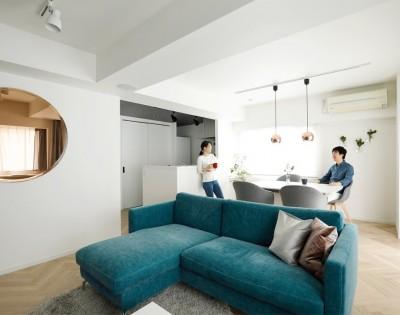 """シンプルな内装にBoConceptの家具 (北欧風のインテリアに囲まれた、ストレスフリーの""""ヒュッゲ""""な暮らしを目指して。)"""