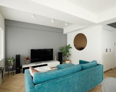 """お気に入りのソファーがあるリビング (北欧風のインテリアに囲まれた、ストレスフリーの""""ヒュッゲ""""な暮らしを目指して。)"""