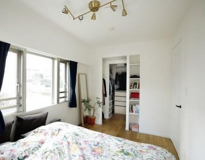 """寝室の脇にウォークスルークローゼット (北欧風のインテリアに囲まれた、ストレスフリーの""""ヒュッゲ""""な暮らしを目指して。)"""
