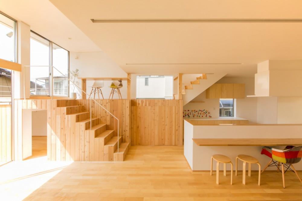 リビング・テラス、そして階段。大人も子どもも楽しく過ごせる家 (ロフトのように使える階段)