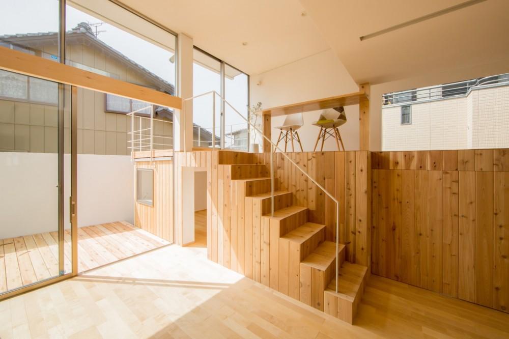 リビング・テラス、そして階段。大人も子どもも楽しく過ごせる家 (リビングとつながるテラス)