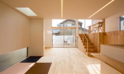 リビング・テラス、そして階段。大人も子どもも楽しく過ごせる家 (吹き抜けのあるリビング)