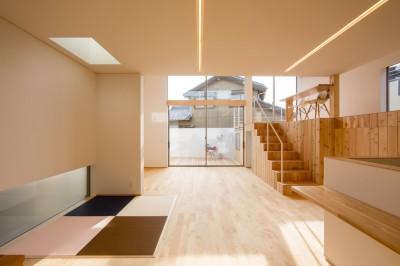 吹き抜けのあるリビング (リビング・テラス、そして階段。大人も子どもも楽しく過ごせる家)