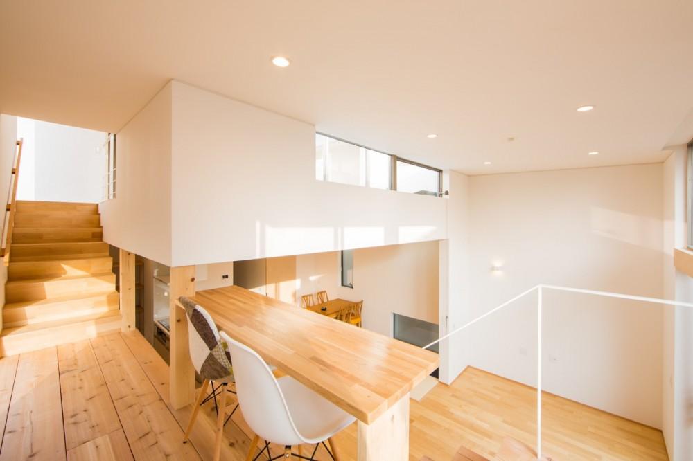 リビング・テラス、そして階段。大人も子どもも楽しく過ごせる家 (踊り場からリビングを臨む)