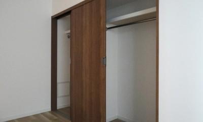 L型対面キッチンとパントリー (洋室収納)