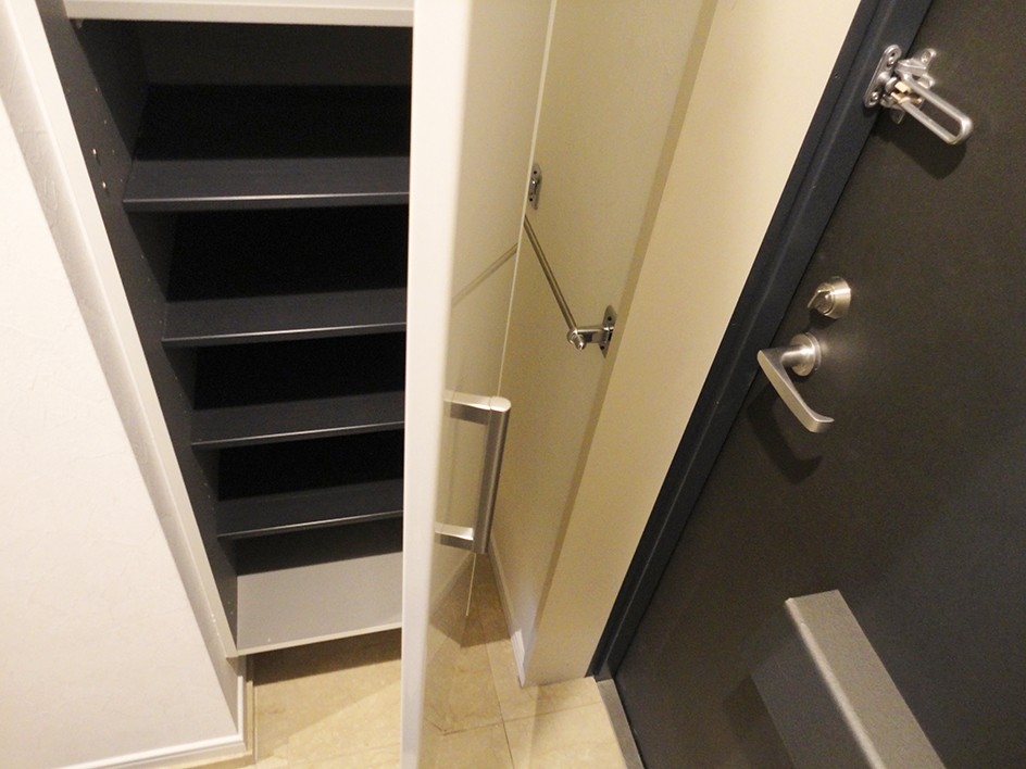 L型対面キッチンとパントリー (玄関収納)