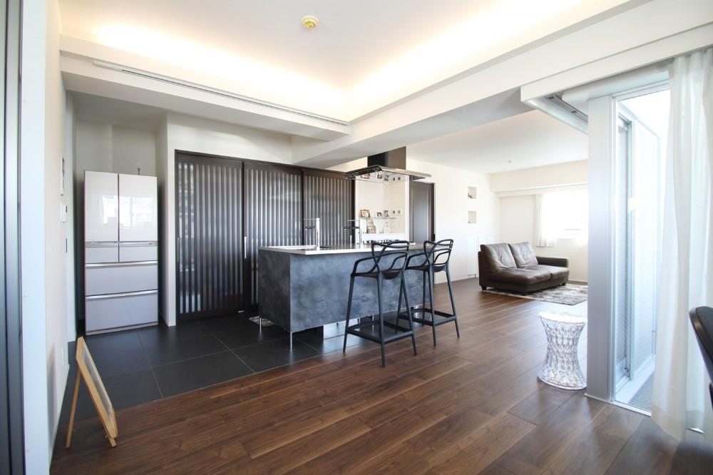 ホテルライクな印象で開放感ある大人のリノベーション住まい (LDK)