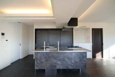 キッチン (ホテルライクな印象で開放感ある大人のリノベーション住まい)