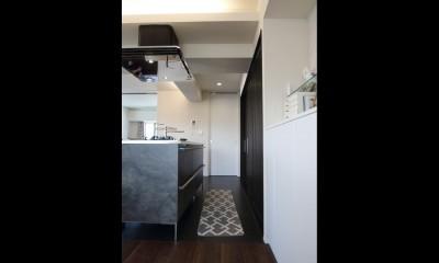 ホテルライクな印象で開放感ある大人のリノベーション住まい (キッチン)