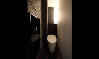 ホテルライクな印象で開放感ある大人のリノベーション住まい (トイレ)