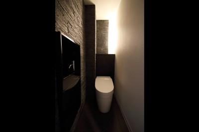 トイレ (ホテルライクな印象で開放感ある大人のリノベーション住まい)