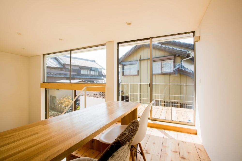 リビング・テラス、そして階段。大人も子どもも楽しく過ごせる家 (踊り場を延長させたようなバルコニー)
