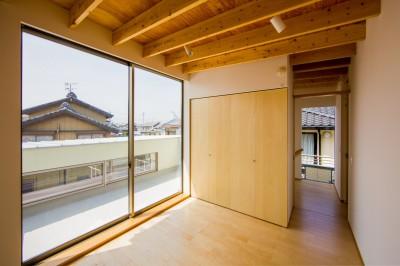 2階のバルコニーに面した個室 (リビング・テラス、そして階段。大人も子どもも楽しく過ごせる家)