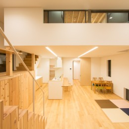 リビング・テラス、そして階段。大人も子どもも楽しく過ごせる家 (照明を灯したLDK)
