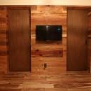 「住む人が家を好きになる。」カスタマイズする家の写真 古材壁とドア