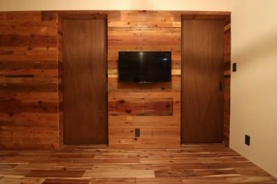 古材壁とドア (「住む人が家を好きになる。」カスタマイズする家)