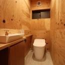「住む人が家を好きになる。」カスタマイズする家の写真 木の中のトイレ