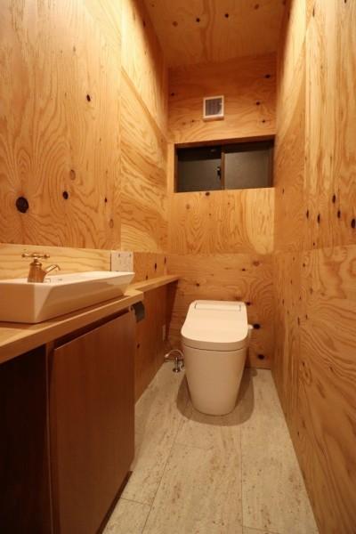 木の中のトイレ (「住む人が家を好きになる。」カスタマイズする家)