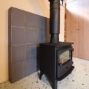 「住む人が家を好きになる。」カスタマイズする家の写真 炉壁に瓦を使用した薪ストーブ