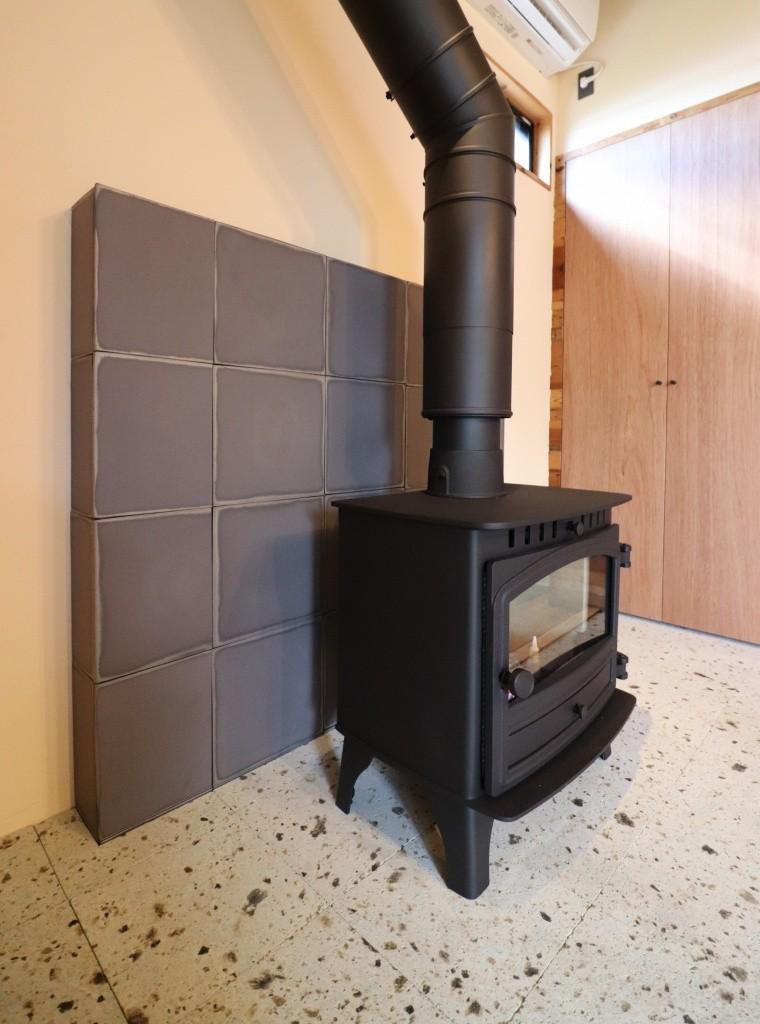 「住む人が家を好きになる。」カスタマイズする家 (炉壁に瓦を使用した薪ストーブ)