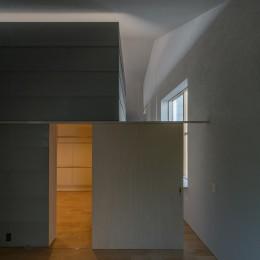 垂井町のコートハウス (主寝室 ウォークインクローゼット)