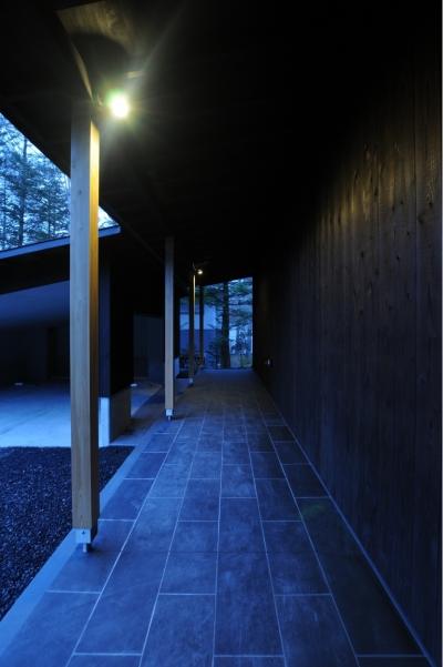 土縁スペース(玄関ポーチ) (軽井沢の家)