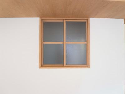 室内窓 (化粧梁と間接照明)