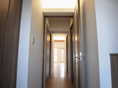 玄関から廊下にかけての間接照明 (化粧梁と間接照明)