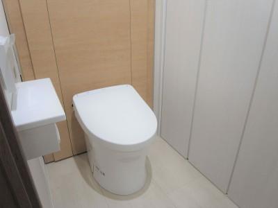 トイレ (化粧梁と間接照明)
