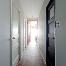 廊下に並ぶ白と黒の扉 (兵庫県S邸  − 北欧のヴィンテージ家具を素敵に魅せる家 −)