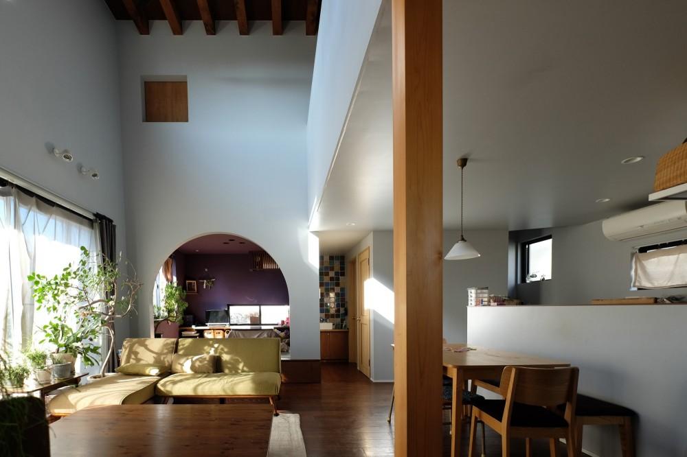 今治の家 色と素材が結びつくパッチワークみたいな家 (リビングを中心に据えた空間構成)
