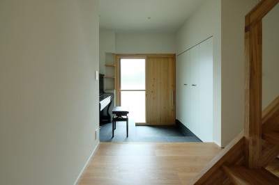 ピアノホールとしても使われる玄関 (朝倉の家【リノベーション】)