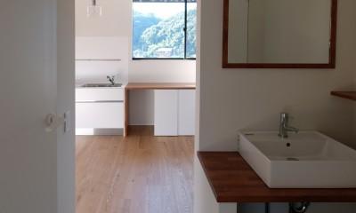朝倉の家【リノベーション】 (手洗いスペースからLDKを見る)